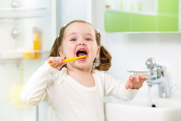Приучая ребенка к регулярной чистке зубов, нужно проявить терпение