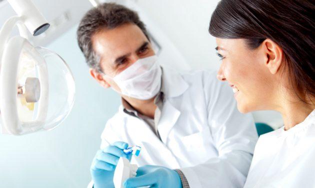 Перед покупкой электрической зубной щетки проконсультируйтесь у стоматолога, у вас могут быть противопоказания к ее применению