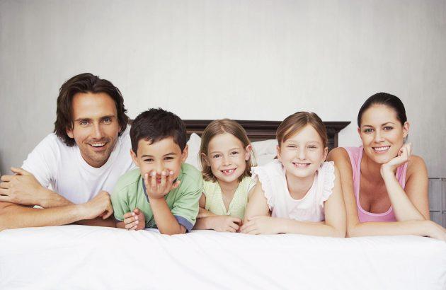 Некоторые электрические зубные щетки имеют несколько насадок, которые подойдут каждому члену семьи