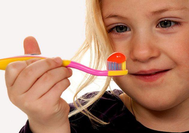 Родители должны обрашать внимание на состав зубной пасты для детей