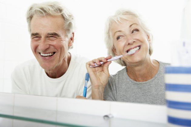 Пожилая пара чистит зубы