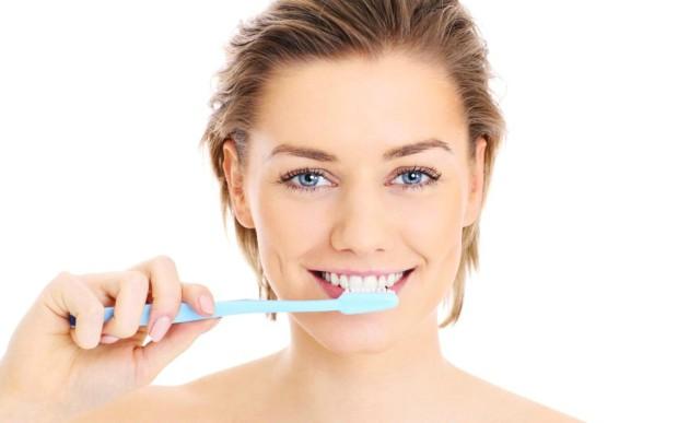 Чистка зубов с двумя каплями масла чайного дерева или полоскание с ним помогут отбелить зубы