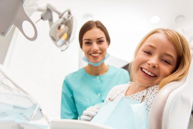 Ребенок у стоматолога-хирурга