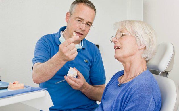 Стоматолог говорит о плюсах нейлоновых протезов