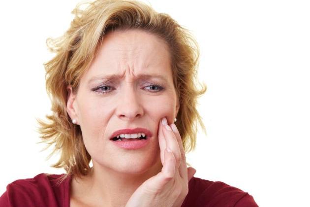 причиной запаха после удаления зуба может быть альвеолит